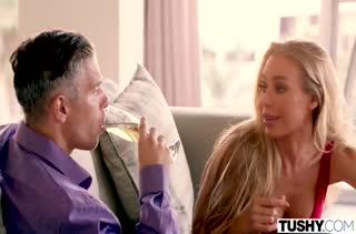 Блондинка Nicole Aniston смачно дрючится в анальчик