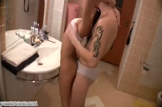 Соблазнил молодую подругу на порно в ванной