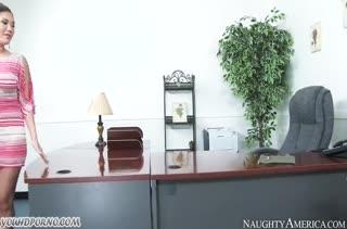Красивая London Keyes трахается с негром прямо в офисе