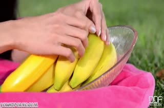 Красивая азиатка мастурбирует свою писю бананом