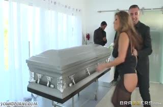 Фигуристую Akira Lane оприходовали прямо на похоронах