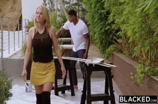 Симпатичная блондинка Elsa Jean классно зажигает на члене негра