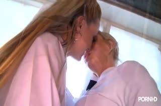 Молодые блондинки решают попробовать лесбийский секс