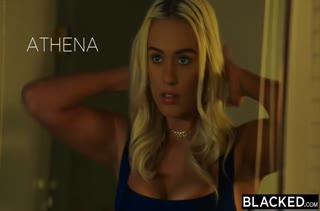 Блондинка Athena Palomino устроила межрассовое порно с черным