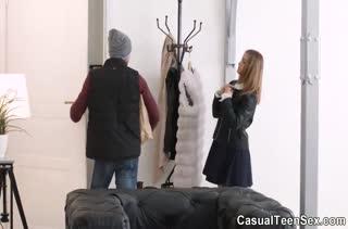 После магазинов девка кувыркается с парнем в спальне