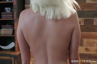 Секси жопастая блондинка круто шпилится раком