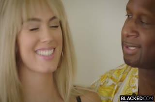 Сиськастая блондинка устроила порнуху с негром
