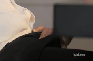 Apolonia Lapiedra заводит мужика минетом и трахается на столе