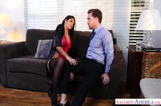 Mia Martinez устроила с мужиком порно на диване