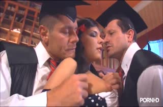 После выпускного студенты трахнули доступную одногруппницу