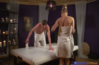 Красивое порно с блондинкой во время массажа