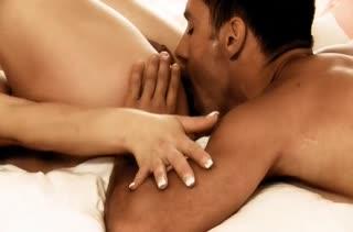 Жена блондинка нежно дрючится с мужем перед сном