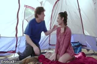 Чувак мощно отжарил свою подругу в палатке