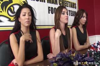 Девочки из группы поддержки попробовали лесбийский секс