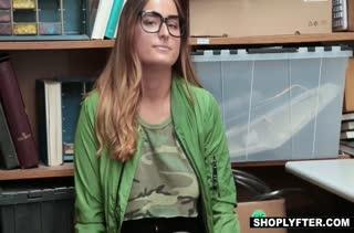 Dakota Rain согласилась на порно прямо в подсобке