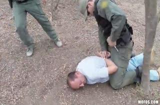 Боец армии задержал молодую шлюшку и трахнул ее