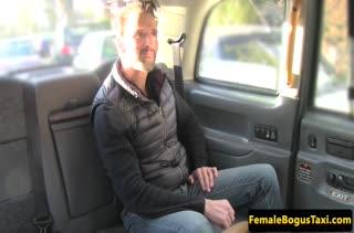 Пересела к пассажиру на заднее сиденье и занялась с ним сексом