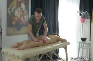 Красивый порно массаж с аппетитной молодой брюнеткой