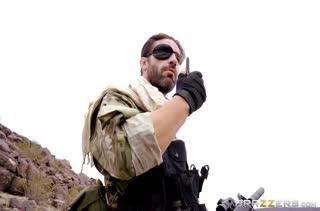 Солдат жестко отодрал Casey Calvert в пустыне