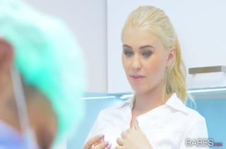 Медсестра Mischa Cross трахается с врачом пока больной под наркозом
