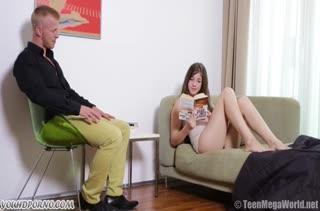 Отвлек девушку от журнала и засадил ей