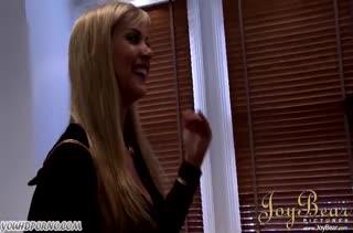 Блондинка с большой жопой перед камерой дает черному