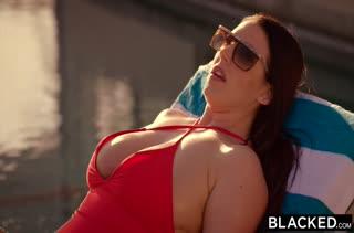 Сексуальная сучка Angela White оголяется перед черным
