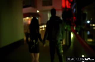 После прогулки Marley Brinx снимает с черным порнушку