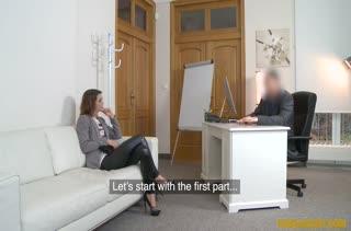 Чика в сексуальных лосинах проходит порно кастинг
