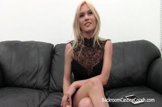 Симпатичная блондинка устраивается на работу через постель