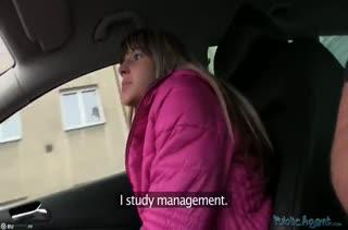Поц познакомил девочку с членом в машине