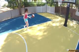 Баскетболистка после игры трахается на большом члене