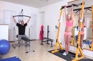 Дед жарит стройную Claudia Macc в спортзале