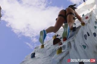Мужик трахнул алпинистку Abella Danger на тренировке
