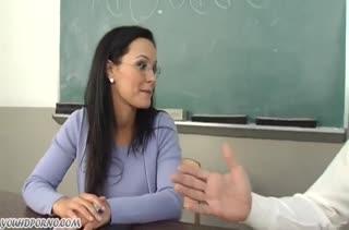Училка с большими дойками трахается после уроков