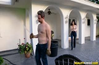 Melissa Lynn попробовала порно прямо во дворе дома